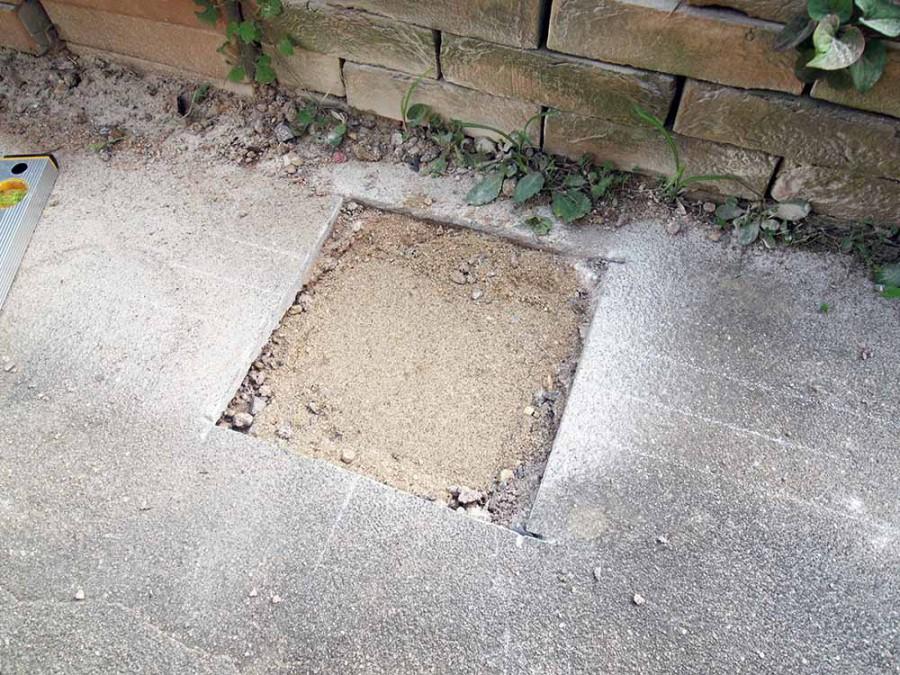残ガラを取り除いて砂を敷いて転圧。