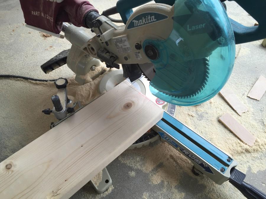 2)寸法に合わせて、スライド丸ノコで切断です。レーザーガイド付きなので技術不要です。